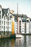 De huizen van de Alesundstad in Noorwegen Stock Afbeeldingen