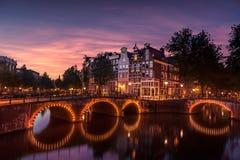 De huizen van Amsterdam stock afbeeldingen