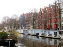 De huizen van Amsterdam op waterkanalen 0851 Stock Fotografie