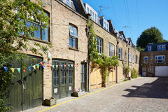 De huizen van bakstenenmiauwen in Londen in een zonnige dag Stock Fotografie
