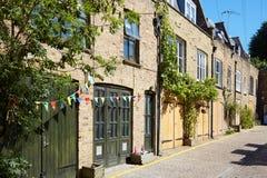 De huizen van bakstenenmiauwen in Londen in een zonnige dag Stock Foto
