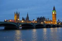 De Huizen van de Brug van Westminster van het Parlement bij schemer. Royalty-vrije Stock Afbeelding