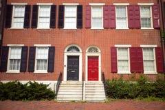 de huizen van de de 18de Eeuwbaksteen van historisch Philadelphia, Pennsylvania dichtbij Onafhankelijkheidszaal Stock Foto's