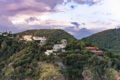 De huizen van de heuveltop op het eiland van Antigua Stock Afbeelding