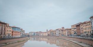 De huizen van de kleur van Rivier Pisa en Arno Stock Afbeelding
