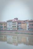 De huizen van de kleur van Rivier Pisa en Arno Stock Fotografie