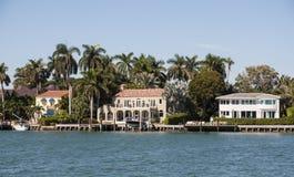 De huizen van de luxewaterkant in Miami Royalty-vrije Stock Afbeeldingen