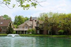 De Huizen van de oever van het meer Royalty-vrije Stock Fotografie