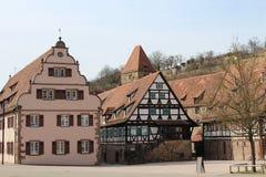 De huizen van de Tudorstijl bij de kloosterbinnenplaats in Maulbronn, Duitsland Stock Afbeelding