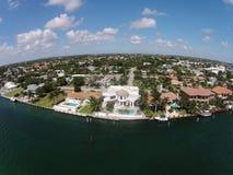 De huizen van de waterkant in Boca raton, Florida Stock Afbeelding