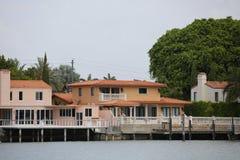 De huizen van de waterkant in het Strand van Miami Stock Afbeeldingen