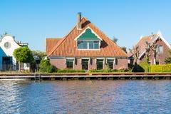 De huizen van de waterkant in Noord-Holland, Nederland Stock Fotografie