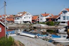 De huizen van de zomer op het Zweedse Eiland Käringön Stock Afbeelding