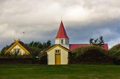 de huizen van het de 19de eeuwgras en een kerk bij Glaumbaer-landbouwbedrijf Stock Foto's