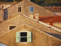 De huizen van het dorp in de zonsondergang Royalty-vrije Stock Afbeelding