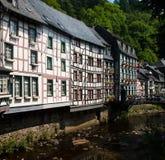 De huizen van het hout langs rivier in de Vallei Duitsland van Moezel Stock Afbeeldingen