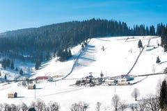 De huizen van het de Sneeuwdorp van Roemenië stock fotografie
