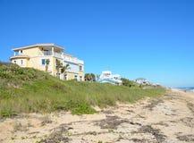De huizen van het strand op de kust van Florida Stock Afbeeldingen