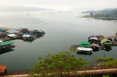 De Huizen van het vlot in rivierbank in Sangkhlaburi Royalty-vrije Stock Fotografie