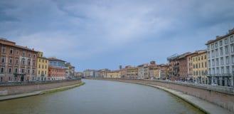 De huizen van de kleur van Rivier Pisa en Arno Royalty-vrije Stock Fotografie