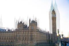 De huizen van Londen, het UK Big Ben van het Parlement bij zonsondergang Veelvoudig blootstellingsbeeld royalty-vrije stock afbeelding