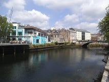 De huizen van Nice langs een rivier in Cork stock afbeelding