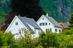 De huizen van Noorwegen in bergen Stock Afbeeldingen