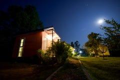 De huizen van Thailand in de mening van de nachtscène Stock Afbeeldingen