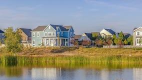 De huizen van de waterkant kalm Oquirrh-Meer worden overdacht dat royalty-vrije stock fotografie