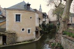 De huizen werden gebouwd door de rivier Loir in Vendome (Frankrijk) Stock Foto