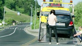 De hulp die van de autohulp de gebroken auto plaatsen stock video
