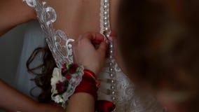 De hulp elimineert de bruidkleding stock footage