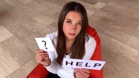 De hulp van de vrouwenbehoefte Droevig de hulpteken van de vrouwenholding stock footage