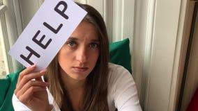 De hulp van de vrouwenbehoefte Droevig de hulpteken van de vrouwenholding stock videobeelden