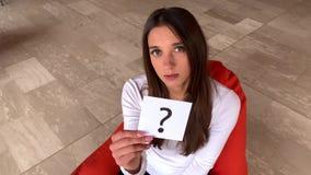 De hulp van de vrouwenbehoefte Droevig de vraagteken van de vrouwenholding stock videobeelden