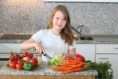 De hulpmamma van het meisje in de keuken Stock Foto