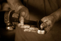 De Hulpmiddelen en de Handen van de vakman Stock Afbeeldingen
