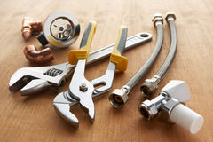 De hulpmiddelen en de materialen van het loodgieterswerk Stock Afbeeldingen