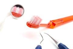 De hulpmiddelen en de tandenborstels van de tandarts Stock Fotografie
