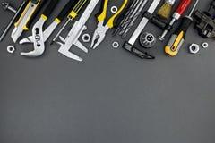 De hulpmiddelen en de toebehoren van de huisvernieuwing op donkere grijze achtergrond Royalty-vrije Stock Foto