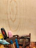 De hulpmiddelen en het hout van het timmerwerk