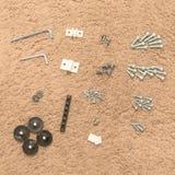 De hulpmiddelen en de noten van de meubilairassemblage op ruwe tapijtbackgrou stock foto's
