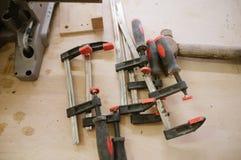 De hulpmiddelen hangen op de muur in de timmerwerkworkshop stock fotografie
