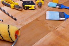 De hulpmiddelen liggen op een houten achtergrond Mening schuin stock foto's