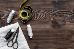 De hulpmiddelen om voor hobby te naaien plaatsen omhoog op houten achtergrond hoogste meningsspot royalty-vrije stock afbeelding