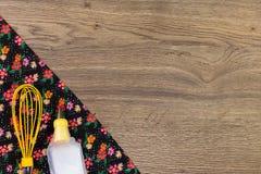 De hulpmiddelen van Baker voor koekjes De doekservet van de patroonbloem op lege houten lijst Royalty-vrije Stock Afbeelding