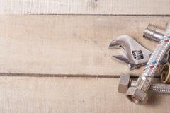 De hulpmiddelen van de bouw op houten lijst Sanitaire techniekachtergrond Hoogste mening Royalty-vrije Stock Fotografie