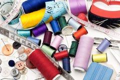 De Hulpmiddelen van de kleermaker - draden, naald, knopen Royalty-vrije Stock Foto
