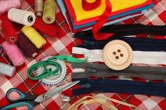De hulpmiddelen van de kleermaker op heldere achtergrond Royalty-vrije Stock Afbeelding