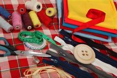De hulpmiddelen van de kleermaker op heldere achtergrond Royalty-vrije Stock Fotografie